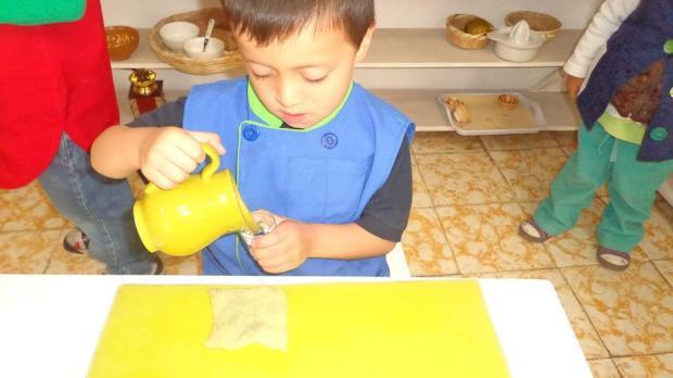 Niño de 4 años, muy concentrado!